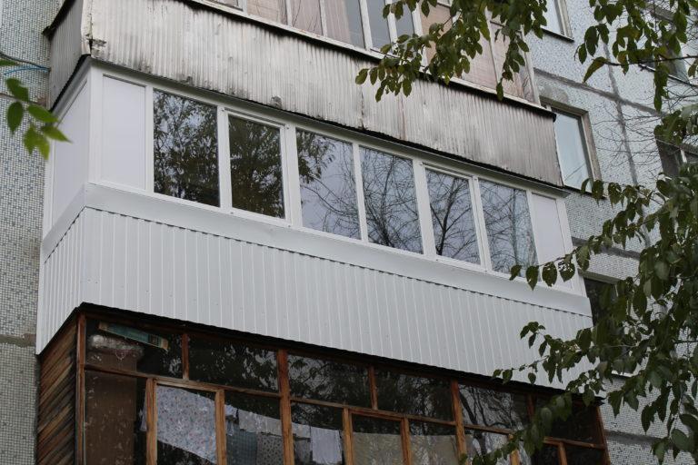 остекление алюминиевыми окнами 6 метрового балкона боковиной