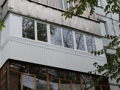 Балкон 6м, боковые части глухие из сендвича, лицевая сторона поделена на 8 частей, из них две створки рабочие