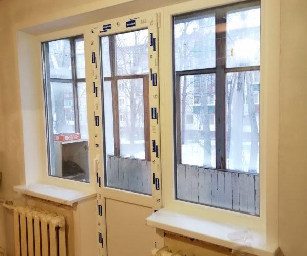 Балконный блок Чебурашка с подоконниками, порогом, откосами в квартире дома панельной хрущевской планировки.