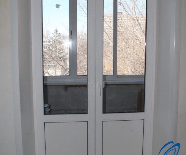 Балконный блок с двумя рабочими створками штульп с порогам и откосами изнутри квартиры