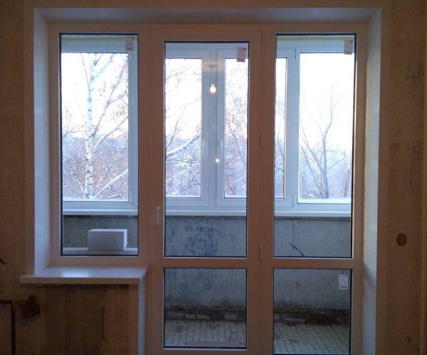 Балконный блок с рабочей дверкой по центру, с подоконниками и откосами.