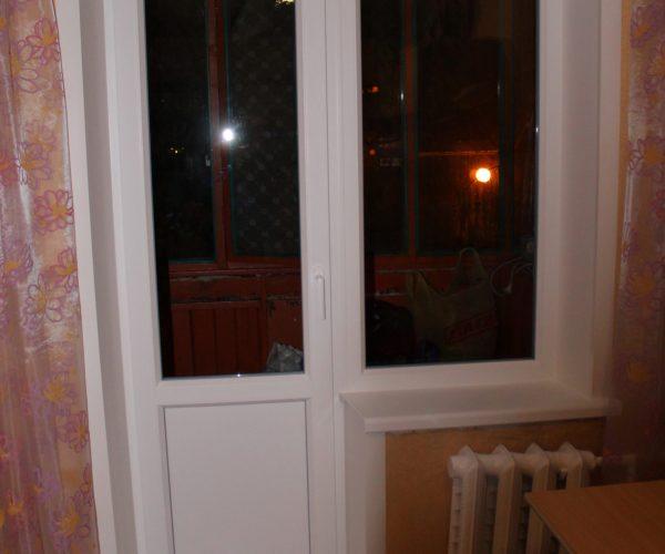 Балконный блок с узким глухим окном, с подоконником, порогам и откосами внутри квартиры.