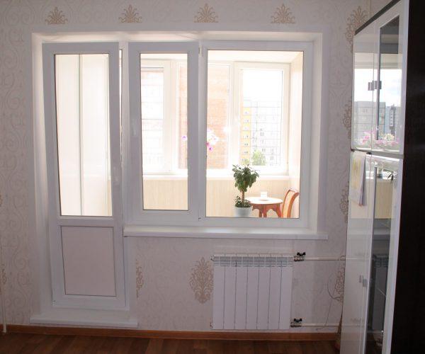 Балконный блок в квартире дома Московской планировки с подоконником, порогом, откосами. С рабочей створкой на окне