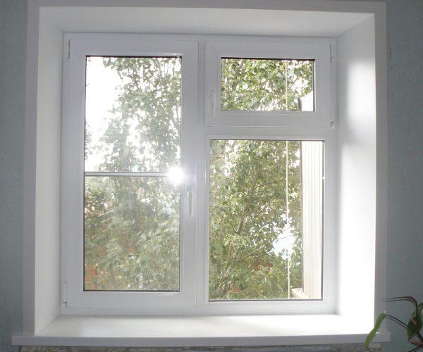 Двухстворчатое окно, левая створка рабочая, правая глухая с рабочей форточкой. С подоконником, откосами в квартире дома Московской планировки