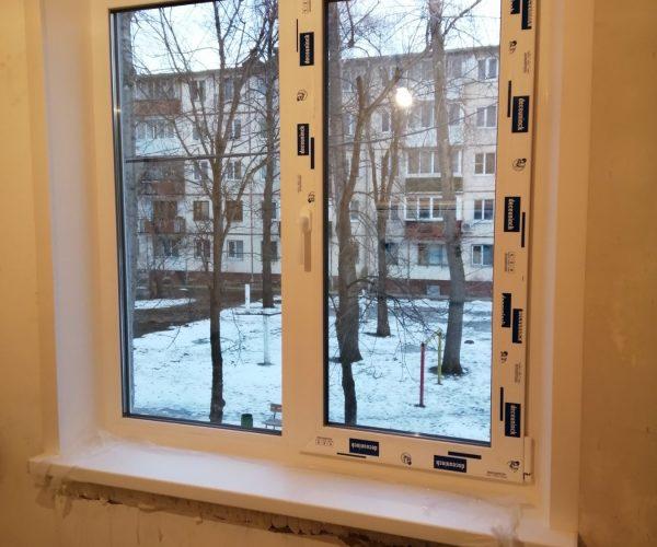 Двухстворчатое окно с одной рабочей створкой, с подоконником, откосами в квартире дома панельной хрущевской планировки.