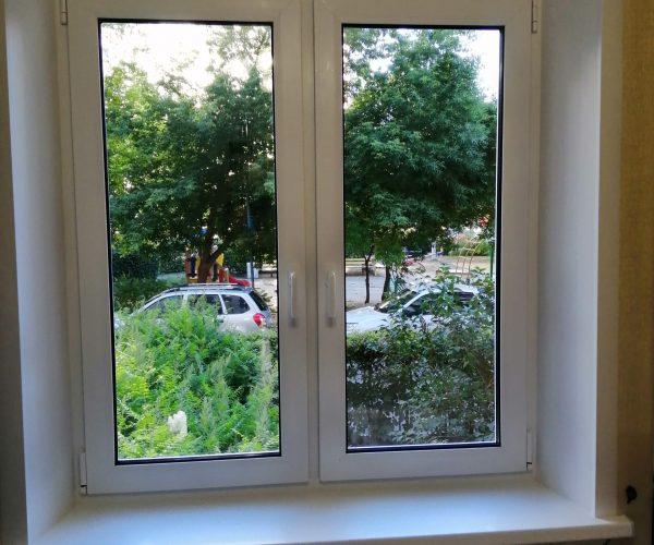 Двухстворчатое окно в квартире кирпичного дома хрущевской планировки, с двумя рабочими створками