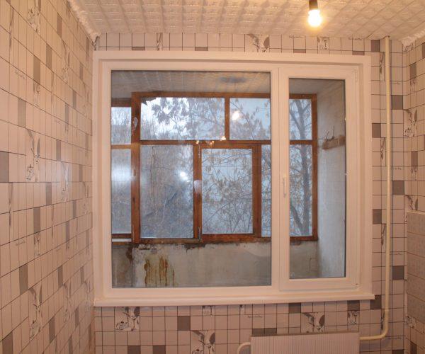 Кухонное окно в квартире дома Ташкентской планировки с одной рабочей створкой с увеличением проема за счет зимнего холодильника.