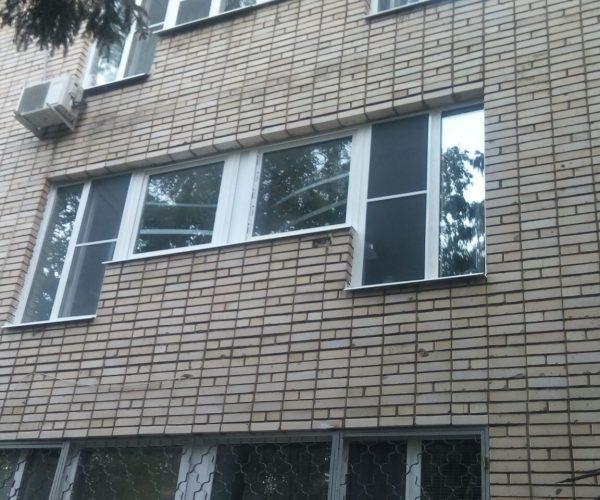 Окна в12-тиэтажке общежития с двумя рабочими створками.