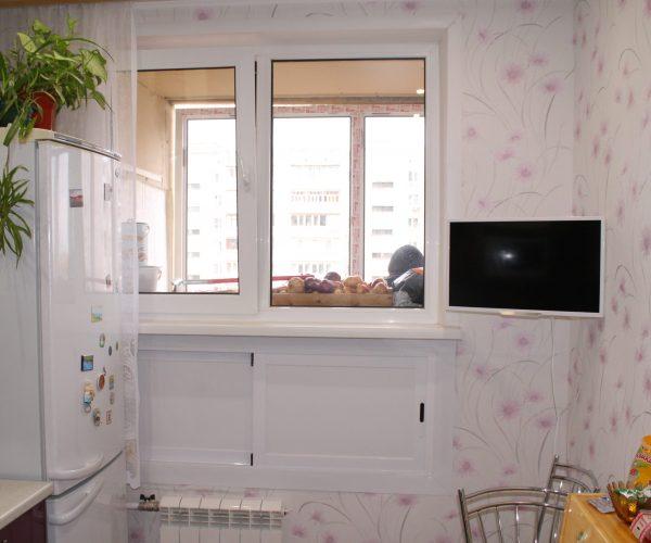 Окно на кухне в квартире дома Ташкентской планировки. С зимним холодильником