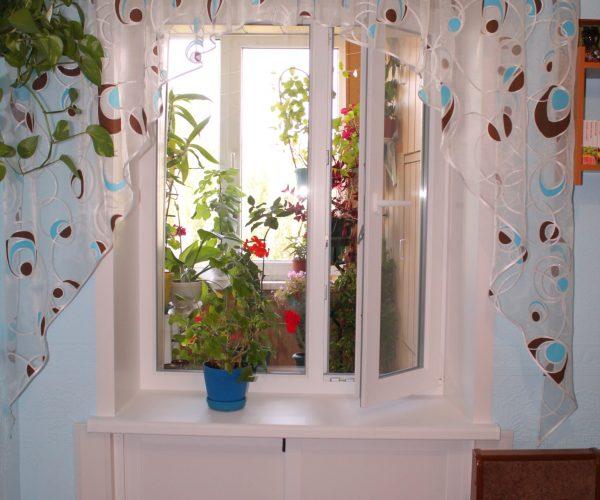Окно выходящее на балкон с зимним холодильником под кном