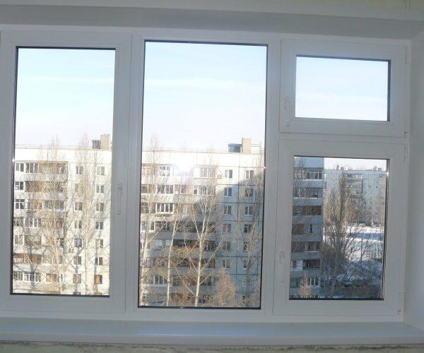 Трехстворчатое окно, левая створка рабочая, правая разделена на две открывные части