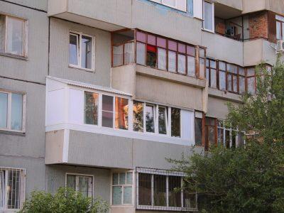 Установка крыши и остекление балкона